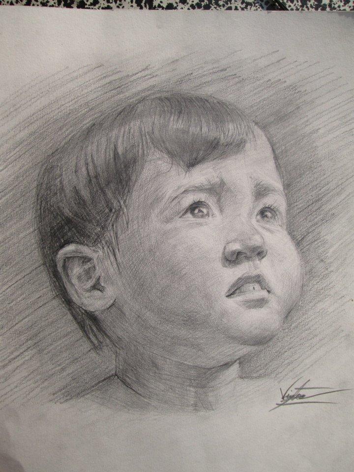 enfant regardant vers le ciel