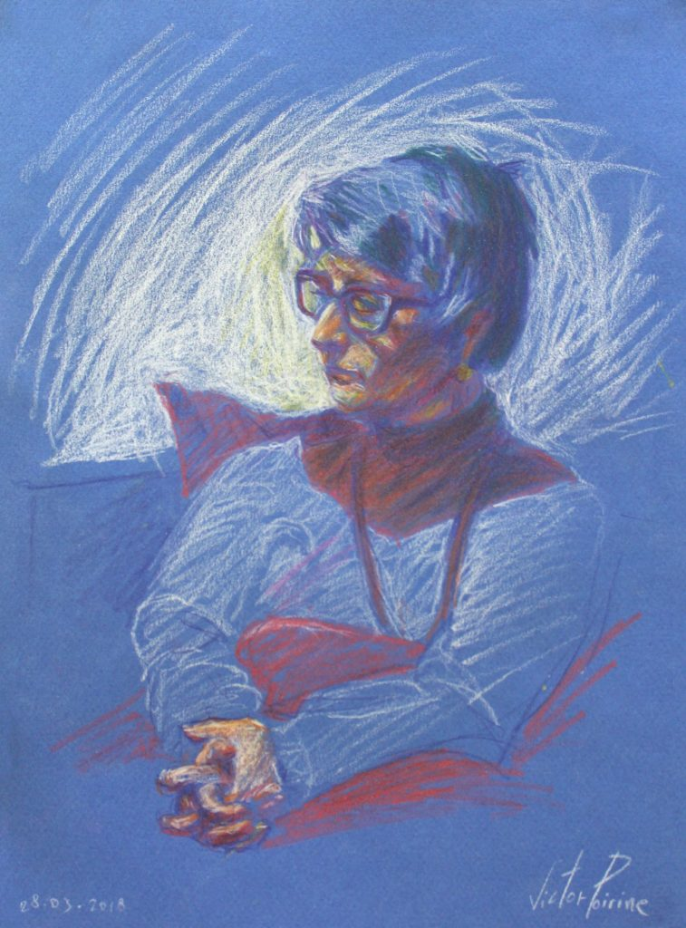 Dessin de ma mère sur son canapé au crayons de couleur sur papier bleu alors qu\'elle regardait une vidéo